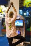 <p>Certains jeux de la gamme Wii Sports et Wii Fit, qui imposent aux utilisateurs de quitter leur canapé pour exécuter un certain nombre de mouvements comme lancer une boule de bowling, donner un coup de poing en boxe ou renvoyer une balle en tennis, pourraient accroître les dépenses énergétiques du joueur. Une étude, financée par Nintendo, révèle qu'environ un tiers des jeux et des activités inclus dans Wii Sports et Wii Fit requièrent une dépense d'énergie considérée comme un exercice d'intensité modérée, c'est-à-dire se déplacer à bicyclette, passer la tondeuse à gazon ou jouer au frisbee. /Photo prise le 17 septembre 2009/REUTERS/Charles Platiau</p>
