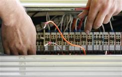 <p>Le déploiement de la fibre optique pourrait bénéficier de l'essentiel des quelque quatre milliards d'euros que le gouvernement pourrait décider en décembre d'injecter dans le numérique en France, selon des sources industrielles. /Photo d'archives/REUTERS/Daniel Munoz</p>