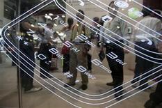 <p>L'Union européenne annonce avoir contraint plus de 200 sites internet à fermer ou à opérer des changements dans le cadre d'une riposte aux arnaques liées au téléchargement de sonneries de téléphones portables visant essentiellement des enfants et des adolescents. /Photo prise le 16 juin 2009/REUTERS/Vivek Prakash</p>
