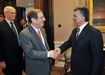<p>Спецпредставитель США Ричард Морнингстар пожимает руку президенту Турции Абдулле Гюлю в Анкаре 13 июля 2009 года. США против того, чтобы Иран поставлял газ в Евросоюз до разрешения спора об иранской ядерной программе, сказал спецпредставитель США Ричард Морнингстар в среду. REUTERS/Presidential Palace Press Office/Murat Cetinmuhurdar</p>