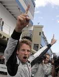 """<p>Пилот команды """"Браун"""" Дженсон Баттон радуется своей победе в Чемпионате """"Формулы-1"""" в Сан-Паулу 18 октября 2009 года. Чемпион мира по автогонкам в классе""""Формула-1"""" британец Дженсон Баттон в следующем сезоне станет напарником своего соотечественника Льюиса Хэмилтона в """"Макларен"""", заявила команда в среду. REUTERS/Bruno Domingos</p>"""