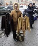 <p>Женщины продают одежду в центре Санкт-Петербурга 26 февраля 2009 года.Кризис мало повлиял на финансовые возможности россиян: они по-прежнему весьма невысоки, но по сравнению с 2008 годом число едва сводящих концы с концами и без труда приобретающих относительно дорогие вещи изменилось лишь в пределах статистической погрешности, показал опрос Левада-центра. REUTERS/Alexander Demianchuk</p>