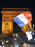 <p>Болельщики сборной Франции празднуют выход команды в финальную часть чемпионата мира в Париже 18 ноября 2009 года. Сборная России стала единственной из европейских команд, попавших в первую корзину при жеребьевке стыковых матчей, которой не удалось пробиться на чемпионат мира в ЮАР. REUTERS/Gonzalo Fuentes</p>
