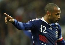 <p>O francês Henry reage em jogo contra a Irlanda no Stade de France. O capitão da seleção francesa, Thierry Henry, admitiu ter ajeitado a bola com a mão no lance que resultou no gol que classificou a França para a Copa do Mundo de 2010, na quarta-feira, contra a Irlanda.18/11/2009.REUTERS/Benoit Tessier</p>