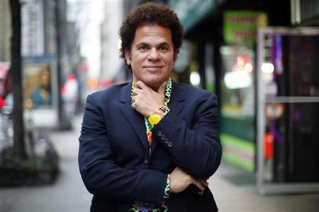 Artist Romero Britto poses for a portrait in New York April 2, 2009. REUTERS/Eric Thayer