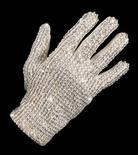 <p>A famosa luva branca de Michael Jackson foi vendida por 350 mil dólares em um leilão no sábado, com o preço ultrapassando bastante as previsões anteriores à venda, enquanto uma jaqueta preta que o cantor usou durante uma turnê mundial em 1989 foi comprada por 225 mil dólares. REUTERS/Bonhams & Goodman/Handout(AUSTRALIA ENTERTAINMENT SOCIETY) FOR EDITORIAL USE ONLY. NOT FOR SALE FOR MARKETING OR ADVERTISING CAMPAIGNS. QUALITY FROM SOURCE</p>