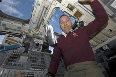 <p>Randy Bresnik a bordo dello shuttle Atlantis. REUTERS/NASA Handout (UNITED STATES SCI TECH SOCIETY)</p>