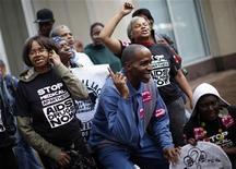 <p>Un gruppo di attivisti chiede farmaci per la cura dell'Aids, a Pittsburgh. REUTERS/Eric Thayer</p>