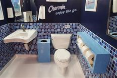 <p>A new toilet is displayed at a promotional event for Charmin Restrooms in New York's Times Square, November 23, 2009. REUTERS/Finbarr O'Reilly</p>