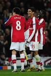 <p>Jogadores comemoram gol do Arsenal em vitória sobre o Liege. REUTERS/Dylan Martinez</p>