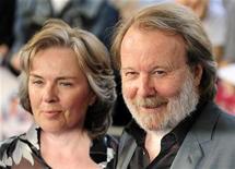 """<p>Foto de archivo de Benny Anderson del grupo ABBA y su esposa, Mona Norklit, durante el estreno de la película """"Mamma Mia"""", en Londres, jun 30 2008. El público británico quiere ver una reunión de la banda suiza ABBA más que cualquier otro grupo musical, según un sondeo. REUTERS/Dylan Martinez</p>"""