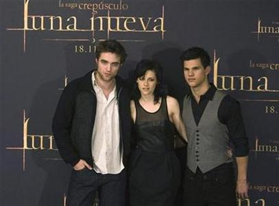 Robert Pattinson, Kristen Stewart and Taylor Lautner pose during a photocall to promote ''The Twilight Saga: New Moon'' in Madrid, November 12, 2009. REUTERS/Sergio Perez