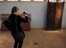 <p>Sophie Schmidt, figlia del presidente e AD di Google Eric Schmidt, riprende con la videocamera il Museo Nazionale dell'Iraq. REUTERS/Thaier Al-Sudani (IRAQ SOCIETY BUSINESS)</p>