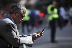<p>Le trafic mondial de données sur mobile a continué sa progression au mois d'octobre, affichant sa plus forte croissance depuis sept mois, annonce Opera, éditeur de logiciels de navigation sur internet pour mobiles. /Photo prise le 25 septembre 2009/REUTERS/Natalie Behring</p>