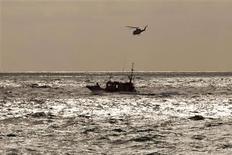 <p>Un helicóptero busca al aventurero suizo Yves Rossy tras caer en el oceáno en Atlanterra, al Sur de España, nov 25 2009. Un helicóptero busca al aventurero suizo Yves Rossy tras caer en el oceáno en Atlanterra, al Sur de España, nov 25 2009 REUTERS/Jon Nazca</p>