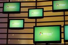 <p>Un allestimento di monitor con il logo di Windows 7 alla festa per il lancio del nuovo sistema operativo, a New York. REUTERS/Shannon Stapleton</p>