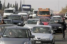 <p>Traffico su una strada di Roma. Secondo i dati di Assicurazione.it, soltanto il 4% delle auto di recente immatricolazione possiede una alimentazione ecosostenibile. REUTERS/Max Rossi</p>