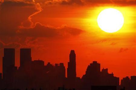 The sun sets over New York City as seen from Arthur Ashe Stadium in Flushing Meadows, New York, August 27, 2007. REUTERS/Mike Segar