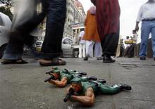 <p>Игрушечные солдатики, которые продает уличный торговец напротив отеля Taj Mahal в Бомбее 16 ноября 2009 года. Шутка ли, картина, на которой запечатлены ужасы прошлогодних терактов в Бомбее? А как насчет комиксов, где супергерои расправляются с исламскими террористами? Или может вы предпочтете кофейную кружку и музыкальный альбом, посвященные жертвам атак? REUTERS/Arko Datta</p>