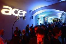 <p>Acer lance cette semaine son premier téléphone mobile équipé du système d'exploitation Android conçu par Google. Le numéro deux mondial des micro-ordinateurs a fait son entrée cette année sur le marché des combinés portables, mettant dix modèles sur le marché. /Photo d'archives/REUTERS/Gustau Nacarino</p>