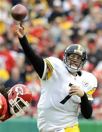 Pittsburgh Steelers quarterback Ben Roethlisberger throws a pass during the second half of the Kansas City Chiefs overtime win in their NFL football game at Arrowhead Stadium in Kansas City, Missouri November 22, 2009. REUTERS/Dave Kaup
