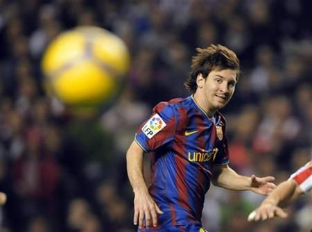 Barcelona's Lionel Messi watches the ball during their Spanish First Division soccer match against Athletic Bilbao at San Mames stadium in Bilbao November 21, 2009. REUTERS/Vincent West