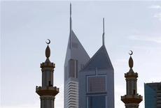 <p>Due minareti davanti ad alcuni grattacieli. REUTERS/Steve Crisp</p>