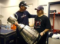 <p>Montreal Alouettes head coach Marc Trestman and general manager Jim Popp (R) carry the Grey Cup after winning the 97th CFL Grey Cup football game against the Saskatchewan Roughriders in Calgary, Alberta, November 29, 2009. REUTERS/Mathieu Belanger</p>