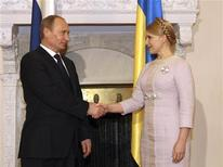 <p>Премьер-министр России Владимир Путин (слева) и премьер Украины Юлия Тимошенко на встрече в Ялте 19 ноября 2009 года. Уступка Украине стоимостью $5 миллиардов обещает стать опасным прецедентом для Газпрома, но возможность цепной реакции в среде европейских клиентов - риск, который готова нести Россия ради шанса вернуть Украину в зону своего влияния, говорят эксперты. REUTERS/Alexander Prokopenko/Pool</p>