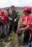 """<p>Президент Венесуэлы Уго Чавес беседует с крестьянами в эфире своей еженедельной передачи """"Alo Presidente"""" в городе Лара 29 ноября 2009 года. Президент Венесуэлы Уго Чавес в воскресенье пригрозил национализацией коммерческим банкам, не желающим давать кредиты малообеспеченным гражданам и неохотно участвующим в развитии страны. REUTERS/Miraflores Palace/Handout</p>"""