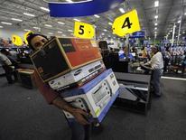 <p>Compradores nos EUA aproveitam promoções em loja de eletrônicos da rede Best Buy.</p>