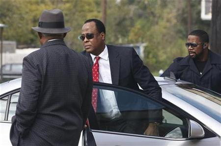 Dr. Conrad Murray arrives at the Armstrong Medical Clinic in Houston November 23, 2009. The cardiologist plans to resume work for the first time since the death of pop star Michael Jackson. REUTERS/Richard Carson