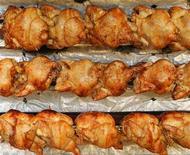 <p>Foto de archivo de un grupo de pollos asados en una tienda en Bélgica, oct 19 2005. Dos tercios de los 382 pollos frescos para asar comprados a tiendas de Estados Unidos por un grupo de defensa de los consumidores estaban contaminados con una o dos bacterias que causan las mayoría de enfermedades por alimentos, anunció el lunes la entidad. REUTERS/Yves Herman</p>
