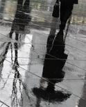 <p>Un uomo passeggia solo sotto la pioggia a Tokyo. REUTERS/Yuriko Nakao (JAPAN)</p>
