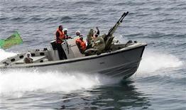 <p>Иранский катер во время учений в Персидском заливе 6 апрел 2006 года. Иран освободил пятерых британских граждан, задержанных в конце ноября после того, как их яхта вошла в территориальные воды этого ближневосточного государства, сообщило в среду государственное радио. REUTERS/IRNA</p>