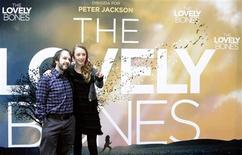 """<p>O diretor neozelandês Peter Jackson e a atriz irlandesa Saoirse Ronan promovem seu novo filme, """"Um Olhar do Paraíso"""", em Madri. REUTERS/Sergio Perez</p>"""