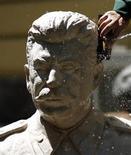 """<p>Человек моет бюст Сталина в Национальной галерее искусств в Софии 23 июня 2009 года. Премьер-министр РФ Владимир Путин сказал, что """"позитив"""" времен Сталина достигнут неприемлемой ценой, однако отдал должное победе в Великой отечественной войне. REUTERS/Stoyan Nenov</p>"""