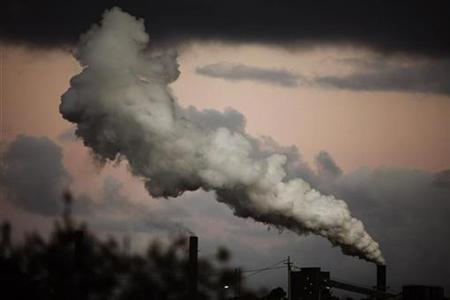 Steam and other emissions are seen coming from a power station in Wollongong, some 89 km (55 miles) south of Sydney November 17, 2009. REUTERS/Daniel Munoz