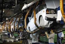 <p>Рабочие АвтоВАЗа собирают автомобили на заводе в Тольятти 25 сентября 2009 года. Российский премьер сочувствует французской Renault, которая купила блокпакет АвтоВАЗа по высокой цене, но по-прежнему требует совместного участия в спасении завода. REUTERS/Denis Sinyakov</p>