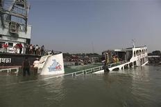 <p>Затонувший паром на реке Тетулия в Бангладеш29 ноября 2009 года.Переполненный пассажирами паром, перевозивший около 100 человек, затонул в Бангладеш после столкновения с моторным баркасом, как минимум 46 человек погибли. REUTERS/Andrew Biraj</p>