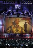 <p>O ex-presidente da África do Sul Nelson Mandela em mensagem por vídeo durante o evento na Cidade do Cabo para o sorteio dos grupos da Copa do Mundo. REUTERS/Kai Pfaffenbach</p>