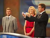 <p>O secretário-geral da FIFA Jerome Valcke faz o sorteio dos grupos para a Copa do Mundo de 2010, que contou com a participação da atriz sul-africana Charlize Theron e do jogador de futebol inglês David Beckham. REUTERS/Siphiwe Sibeko</p>