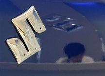<p>An employee is reflected in a Suzuki Motor's car at a Suzuki Motor showroom in Tokyo June 2, 2009. REUTERS/Toru Hanai</p>