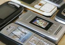 <p>Les ventes de téléphones portables ont renoué avec la croissance en Europe de l'ouest au troisième trimestre, affichant une hausse de 5% en glissement annuel, à 46,8 millions d'unités, selon le cabinet d'études IDC. /Photo d'archives/REUTERS/Michaela Rehle</p>