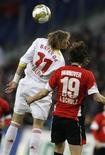 <p>A cabeçada de Stefan Kiessling, do Bayer Leverkusen, foi a jogada mais próxima do gol no jogo contra o Hannover 96, que terminou no 0 a 0. REUTERS/Ahmad Masood</p>