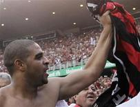 <p>Atacante do Flamengo Adriano comemora conquista do título brasileiro após vitória por 2 x 1 sobre o Gremio no Maracanã REUTERS/Sergio Moraes</p>