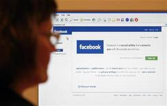 <p>Un utente sulla home page di Facebook. REUTERS/Simon Newman (UNITED KINGDOM)</p>