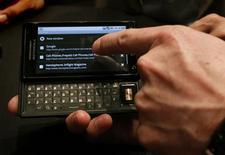 <p>Le Droid de Motorola, fonctionnant sous le système d'exploitation Android de Google. Selon une étude d'IDC, les consommateurs d'Europe de l'Ouest montrent peu d'intérêt pour les téléphones mobiles sous Android de Google, en dépit de l'offensive lancée au troisième trimestre par plusieurs fabricants et opérateurs. /Photo prise le 28 octobre 2009/REUTERS/Brendan McDermid</p>