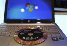 <p>Selon trois sources proches du dossier, la Commission européenne devrait accepter mardi prochain des concessions proposées par Microsoft pour laisser aux internautes européens le choix d'un autre navigateur qu'Internet Explorer dans Windows. /Photo prise le 22 octobre 2009/REUTERS/Shannon Stapleton</p>