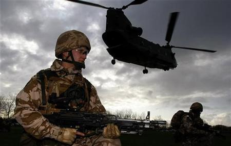 Soldiers from the 1st Battalion The Royal Welsh wait for a chinook helicopter to land during a training exercise, ahead of their deployment to Afghanistan, at Dale Barracks in Chester, northern England December 3, 2009. REUTERS/Phil Noble